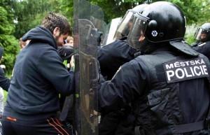 Těžkooděnci v Líních krotili demonstranty a agresivní fanoušky