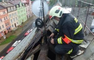 Blesk zapálil střechu domu v Karlových Varech