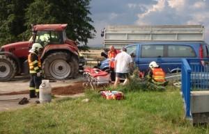 Zásah u dopravní nehody traktoru s osobním vozidlem