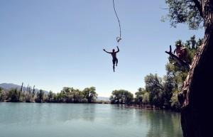 Letní teploty lákají k vodě. Pozor na zranění!