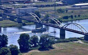 Říční lodě opravovaly železniční most