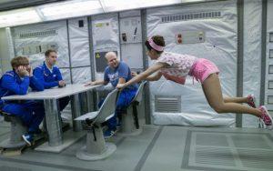 Posádka Kosma míří do kin pomoci Slepici v nouzi