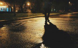 V tmavém oblečení a bez reflexních prvků si noční chodci říkají o malér