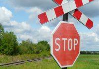 Dopravní nehoda autobusu svlakem. Železniční doprava je uzavřena.Dosud nehodnoceno.