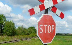 Dopravní nehoda autobusu svlakem. Železniční doprava je uzavřena.