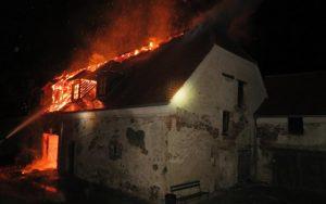 Noční požár zámku Plumlov zaměstnal 6 jednotek
