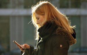 Při psaní SMS se často dopouštíme hrubé neslušnosti, aniž si to uvědomujeme
