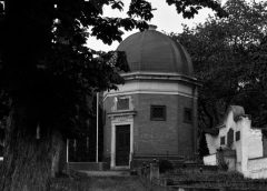 Průvodce tajemnem po Čechách – V hrobce se pohybovaly rakve. Může za to tajemný obraz s výjevem z pekla?
