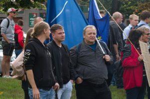 """""""Maršál Koněv nás obsadil a vytrhl z Evropské unie,"""" říká odpůrce pomníku. Lidé se shromáždili na obranu symbolu osvobození od nacismu."""