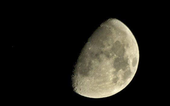 Toulky Sluneční soustavou – Luna, souputník Země a bohyně noci