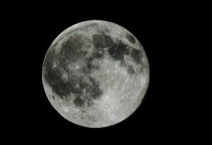 Úplňková noc není moc vhodná k podrobnému zkoumání oblohy, ale nebeský vláček nám ji zpestří